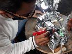 toto-sedang-membuat-dua-buah-lampu-belajar-dari-truk-mainan-dan-boneka-barbie.jpg