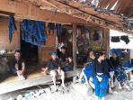 warga-baduy-luar-berkumpul-di-depan-rumah-di-desa-kanekes-kecamatan-leuwidamar-kabupaten-lebak.jpg