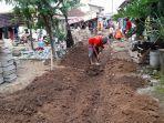 warga-melakukan-pembenahan-kampung-ciwaktu-lor-paving-block.jpg