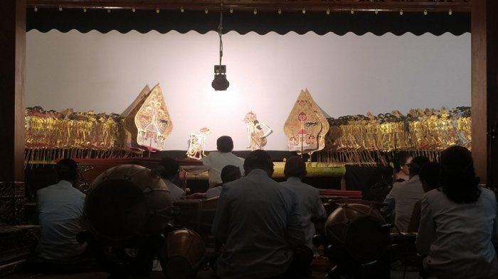 Ki Cahyo Kuntadi mementaskan lakon Acharya Sudarsana dalam rangka doa bersama serta memperingati 100 hari wafatnya Ki Manteb Soedharsono di Sanggar Bima Desa Doplang, Kecamatan Karangpandan, Kabupaten Karanganyar, Jumat (8/10/2021) malam.