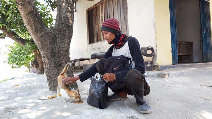 Aksi Abie Dharma Viral di Tegal, Tukang Pengantar Galon Suka Rawat Kucing Jalanan yang Sakit