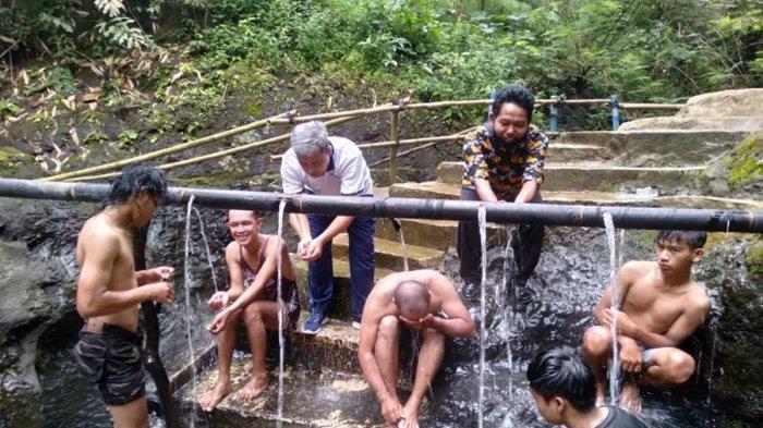 Masih Tradisional di Pemandian Air Panas Pingit Banjarnegara, Dialirkan Gunakan Bambu