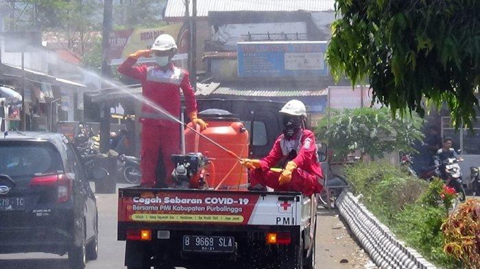 Aksi Kemanusian HUT ke 75, PMI Purbalingga Semprotkan Disinfektan di Lingkungan Pasar Pekiringan