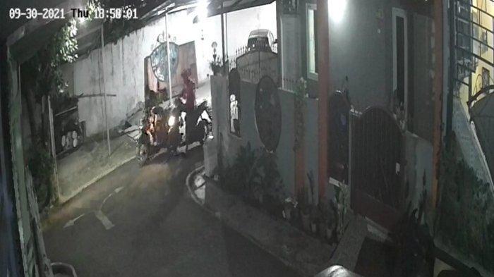 Dua Pencuri Bawa Kabur Motor Warga Griya Satria II Banyumas, Aksinya Terekam CCTV