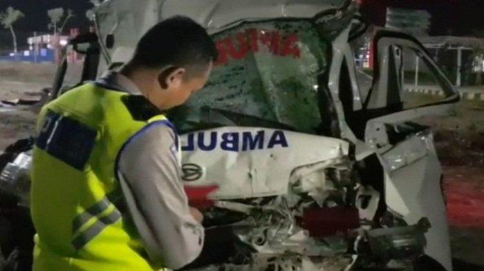 Mobil Ambulans Bawa Jenazah Adu Banteng dengan Truk di Tonjong Brebes, 4 Orang Tewas