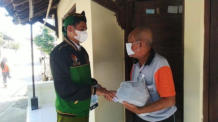 Anggota DPRD Kudus Ini Bagikan 250 Paket Sembako ke Warga Terdampak Wabah, Dibeli dari Gaji 2 Bulan