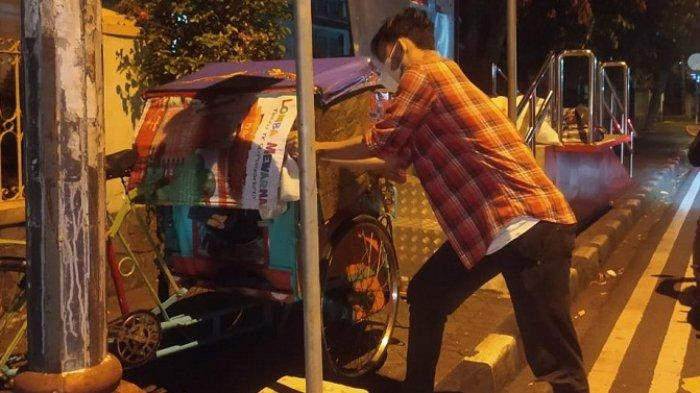 Sisir Jalan di Purwokerto, Anggota Komunitas Antilapar Bagikan Nasi Bungkus ke Warga Terdampak PPKM