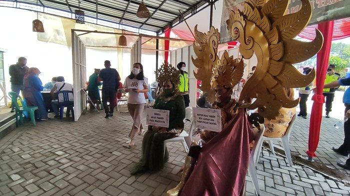 Kangen Karnaval, Dua Warga Banyumas Ini Ikut Vaksinasi Covid Pakai Kostum Garuda dan Dewi Sri