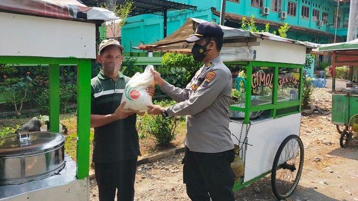 Bantu Warga Terdampak PPKM, Polres Kebumen Bagi-bagi Beras