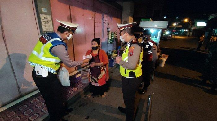 Bantu PKL Taati Jam Malam, Anggota Polresta Banyumas Borong Gorengan dan Makanan di Angkringan