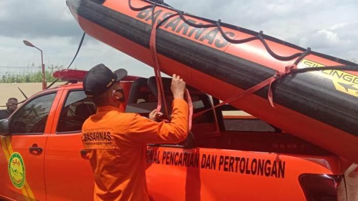 Terpeleset, Pekerja Pembangunan Jembatan Jalur Kereta Jatuh dan Hilang di Sungai Serayu Cilacap