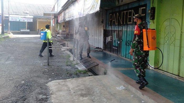 Cegah Infeksi Covid-19 pada Pedagang, Satgas Semprot Disinfektan ke Lingkungan Pasar Wangon Banyumas