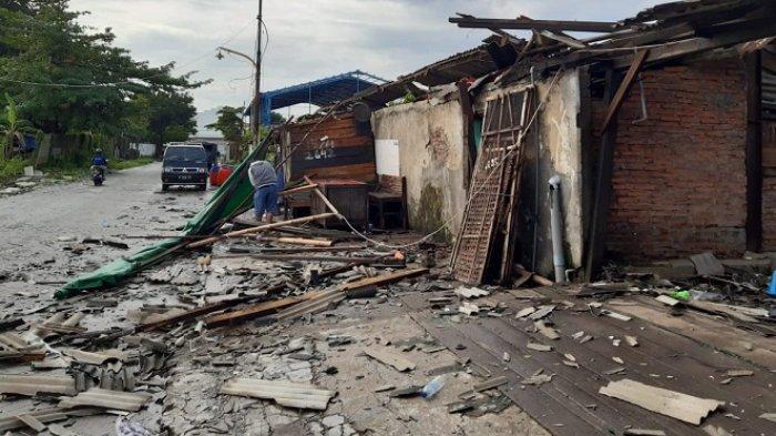Setelah Banjir dan Longsor, Angin Puting Beliung Hajar Kota Semarang: Rusak Rumah dan Pasar