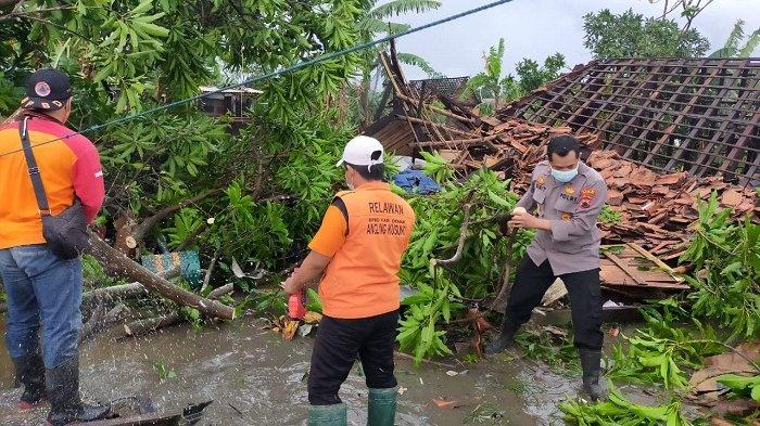 2 Rumah Rata dengan Tanah Diterjang Angin Ribut di Karangsono Mranggen Demak