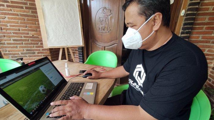 Dosen Sistem Informasi, Universitas Amikom Purwokerto, Trias Bratakusuma (46) saat menujukan aplikasi bernama 'Bolasoft Indonesia', sebuah aplikasi yang bisa mengelola sekolah sepak bola di Indonesia dan juga mengelola kompetisi, pada Sabtu (27/3/2021).