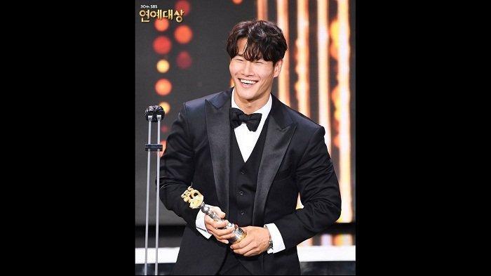 Selamat, Member Running Man Kim Jong Kook Bawa Pulang Daesang SBS Entertainment Award 2020