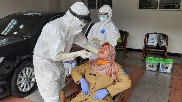 ILUSTRASI - Sejumlah ASN di lingkungan Pemkab Purbalingga menjalani tes swab masal di kompleks Pendapa Dipakusuma, Senin (14/12/2020).
