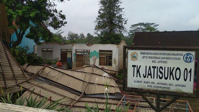 Diterjang Hujan Angin, Atap SD dan TK Jatisuko di Jatipuro Karanganyar Rusak
