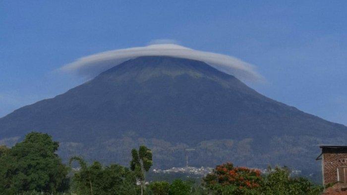 Fenomena Awan Topi di Puncak Gunung Sindoro Wonosobo, Begini Kata BMKG