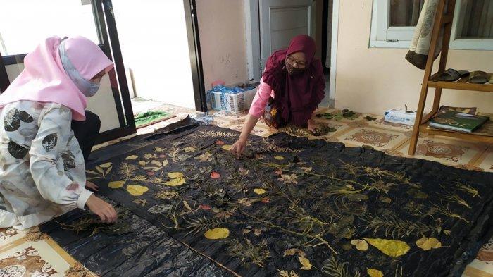Pemilik usaha kain batik ecoprint asal Purwokerto, Sugiharti menunjukan proses dan hasil produksinya, Jumat (25/9/2020).