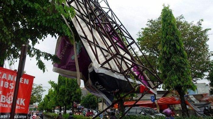 Hujan Angin Landa Sleman Yogyakarta, Pohon dan Baliho Bertumbangan
