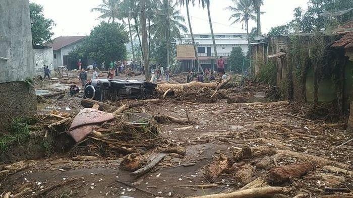 Banjir Bandang Terjang Kampung Cibuntu Sukabumi: Rumah dan Mobil Hanyut Terbawa Air Disertai Lumpur