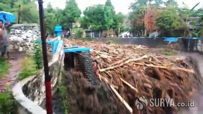 Sungai Kalijompo Meluap, Banjir Bandang Terjang Jember. 269 Warga Mengungsi di Musala