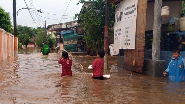 Banjir Genangi 18 Titik di Semarang, Gubernur Ganjar: Tolong Pastikan, Tidak Ada yang Kelaparan