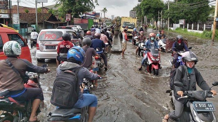 Hati-hati, Jalur Pantura di Perbatasan Kabupaten dan Kota Pekalongan Banjir. Kendaraan Mengular