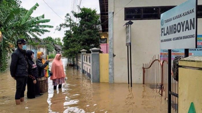 Jajaran Disdikbud Kabupaten Kendal melakukan pemantauan sekolah yang terendam banjir, Senin (8/2/2021).