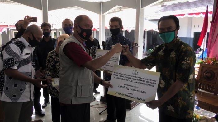 Tujuh Pokdakan Kabupaten Banyumas Terima Bantuan Pakan Ikan