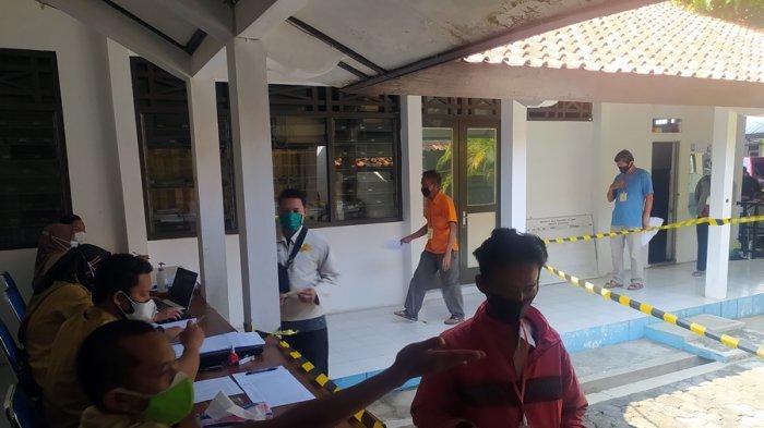 PKL Karanganyar Kota Dapat Rezeki di Masa PPKM Darurat, Tiap Pedagang Diberi Bansos Rp 300 Ribu
