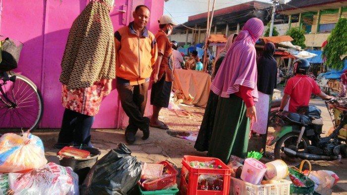 Api Berhasil Dijinakkan, Hingga Pagi Pedagang Pasar Weleri Kendal Masih Selamatkan Barang Dagangan
