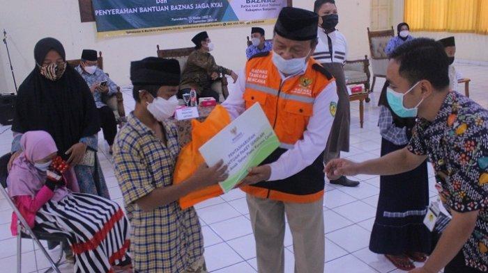 Bantu Jaga Kesehatan Kiai, Baznas Banyumas Serahkan 200 Paket bagi Kiai di Pondok Pesantren