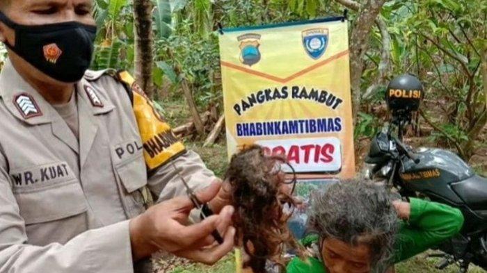 Selain Keamanan, Bhabinkamtibmas Polsek Poncowarno Kebumen Ini Beri Layanan Potong Rambut ke Warga