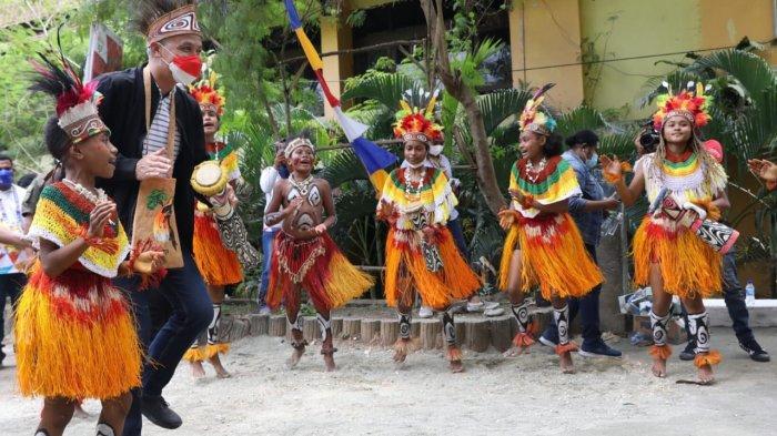 Bocah Sentani Jayapura Ini Dapat Rezeki Tak Terduga, Ganjar Beri Hadiah Sepeda Seusai Menari Burure