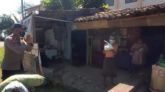 Aksi Peduli, Brimob Simongan Bagikan Daging Kurban ke Warga Jalani Isolasi Mandiri