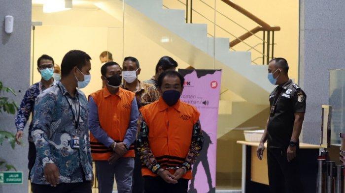 Bupati Banjarnegara Budhi Sarwono mengenakan rompi orange di Gedung Merah Putih KPK, Jakarta Selatan, Jumat (3/9/2021). Dia ditetapkan menjadi tersangka kasus dugaan korupsi pengadaan barang dan jasa TA 2017-2018 Pemkab Banjarnegara.