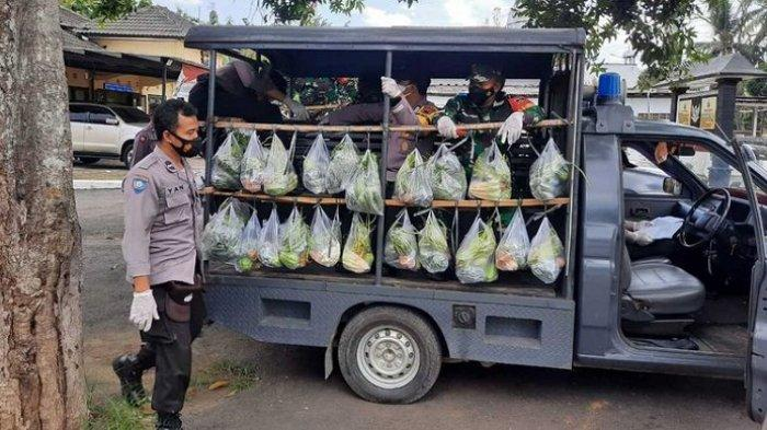 Bantu Warga Terdampak PPKM, Anggota Polsek Kalibagor Banyumas Keliling Bagikan Sayur dan Lele