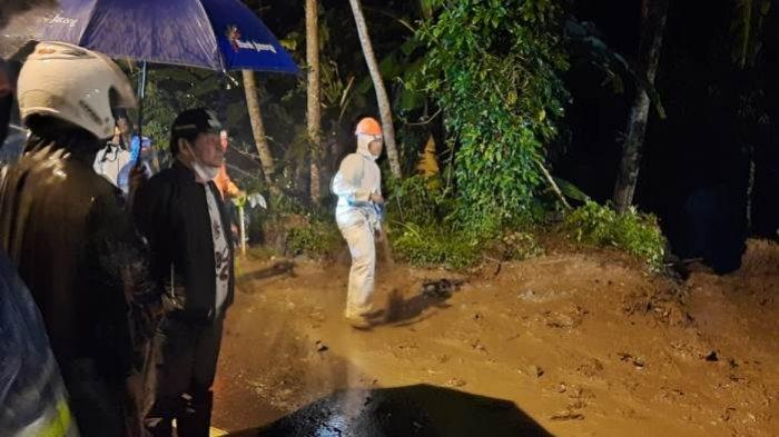 Dengar Longsor Tutup Jalur Banjarnegara-Semarang, Bupati Budhi Sarwono Langsung Pimpin Pembersihan