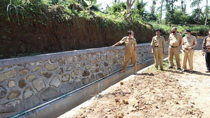 Warga Kalisat Banjarnegara Senang, Jalan Desa yang Rusak Sebentar Lagi Berubah Halus dan Mulus
