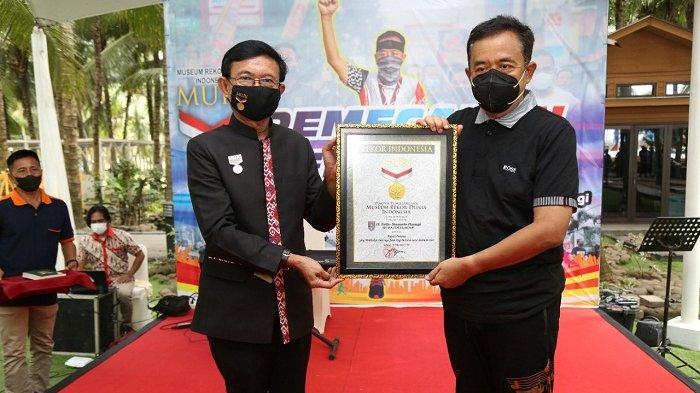 Rutin Olahraga Jalan Kaki, Bupati Cilacap Terima Penghargaan MURI. Setiap Pagi, Lahap Jarak 10 Km