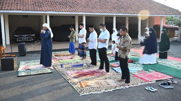 Pakai Jubah Biru dan Sorban Putih, Bupati Kebumen Jadi Imam Salat Iduladha di Rumah Dinas