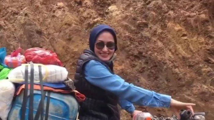 Viral Bupati Cantik Naik Trail ke Pelosok Desa, Pantau Langsung BLT Dana Desa