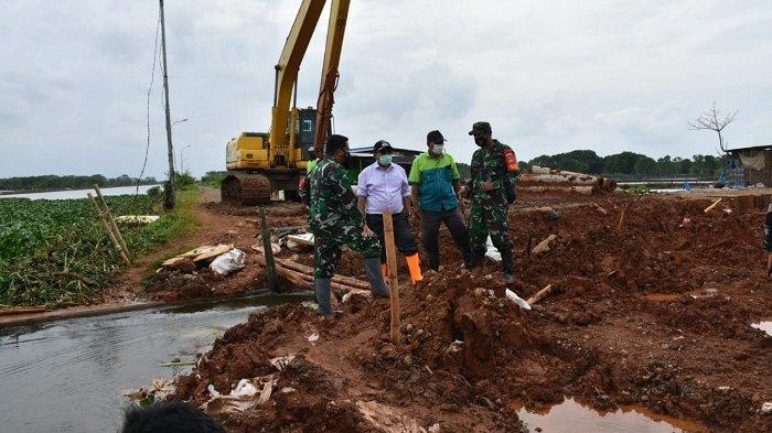 Kurangi Banjir di Wonokerto dan Wiradesa Pekalongan, Tanggul Sungai Mrican Dijebol