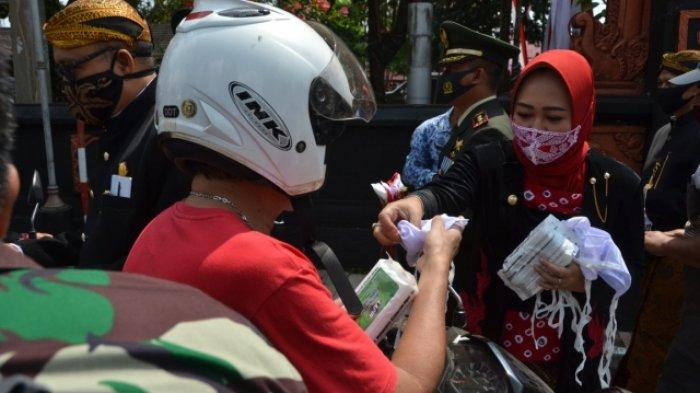 Seusai Upacara Bendera, Bupati Purbalingga Bagi-bagi Masker di Sekitar Alun-alun