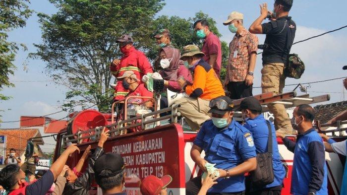 Bikin Kaget Warga, Tiwi Keliling Purbalingga Naiki Mobil Damkar, Sosialisasi Sekaligus Bagi Masker