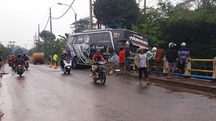 Bus PO Haryanto Tabrak Jembatan dan Nyaris Terjun ke Sungai di Pekalongan, Sopir Diduga Mengantuk