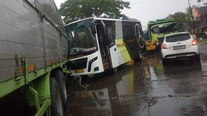 Bus Sabar Subur vs Truk Boks Tabrakan di Jalan Pantura Pati, Bus Remuk di bagian Depan