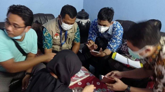 Petugas sedang memeriksa cabai yang diduga dicat yang ditemukan pedagang Pasar Wage Purwokerto, Selasa (29/12/2020).